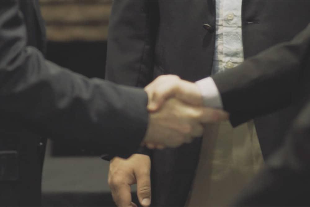 shaking hands 87ytfghjk