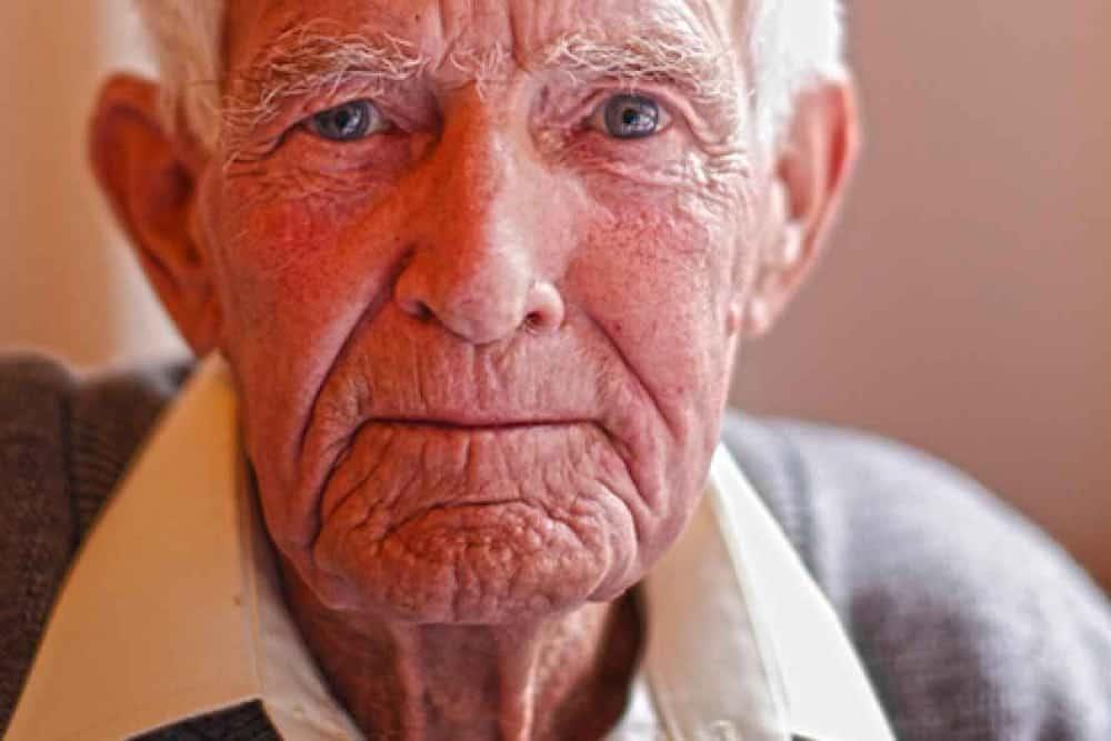 old man crying 5ertdfghjk
