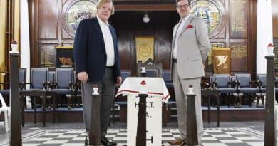 Sir David Wootton (esquerda), assistente de Grão-Mestre da Grande Loja Unida de Inglaterra, com o seu Grande Secretário, Dr. David Staples, no templo principal do Freemasons' Hall em Singapura