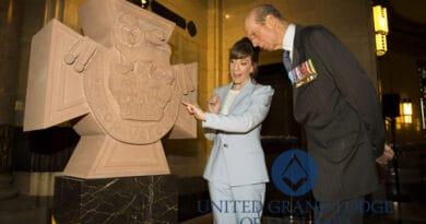 O Grão-Mestre da Grande Loja Unida de Inglaterra (UGLE), HRH O Duque de Kent, com a escultora, Emily Draper