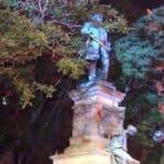 Estátua de Albert Pike em Washington, DC, derrubada e queimada por manifestantes