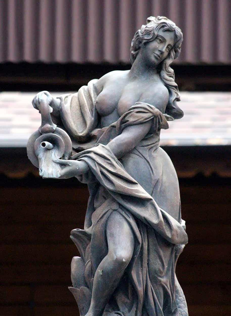 woman statue 5tyui7865r